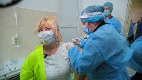 Двоє львівських лікарів отримали перші вакцини від Covid-19. Фото дня