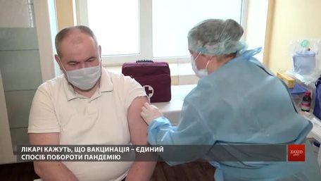 У 8-ій лікарні Львова розпочали вакцинацію медиків від Covid-19