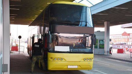 Український автобус не пустили в Польщу через ковід у пасажира