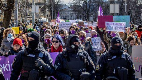 Кілька сотень людей взяли участь у феміністичному марші в центрі Львова