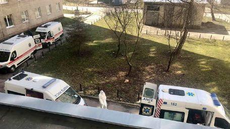 Черга «швидких» із хворими на Covid-19 під львівською лікарнею
