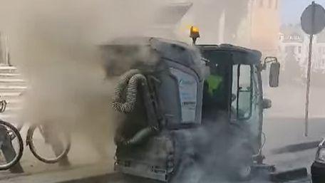 Вуличний порохотяг у центрі Львова не всмоктував, а розкидав пилюку
