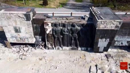 У Львові почали демонтаж барельєфів Монумента слави