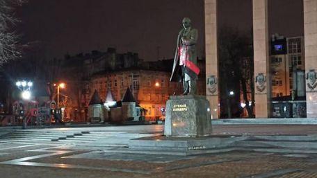 Львівський студент отримав вирок за облиття фарбою пам'ятника Бандері