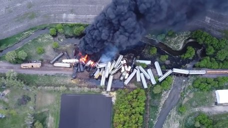 У США зійшли з рейок 47 вагонів поїзда із вибухонебезпечною речовиною
