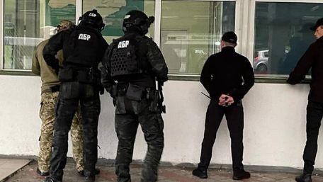 ДБР затримало двох львівських митників за систематичне хабарництво