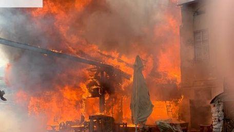 У центрі Тернополя вщент згорів популярний ресторан «Коловорот»