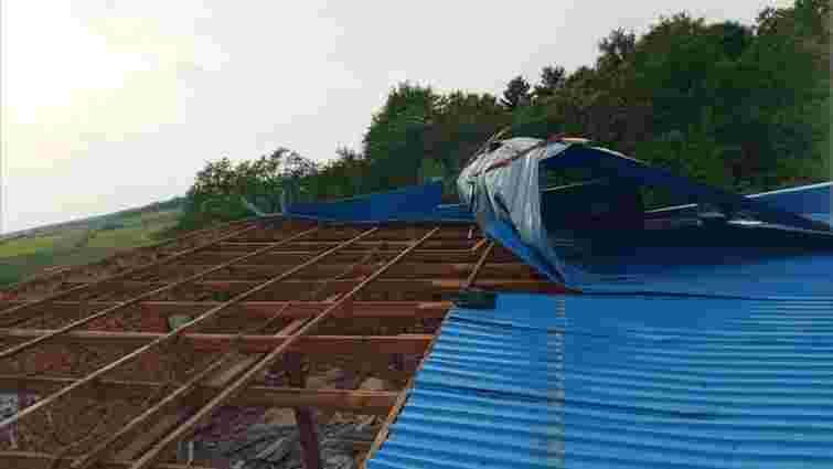 Під час грози з сільради на Тернопільщині зірвало дах
