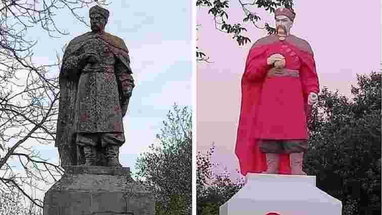 У селі на Львівщині незвично розфарбували пам'ятник Хмельницькому