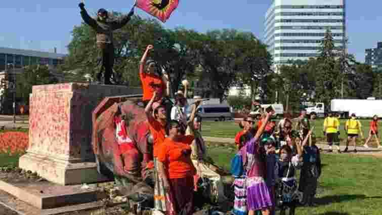 У Канаді мітингувальники скинули з постаментів статуї королев Вікторії і Єлизавети II