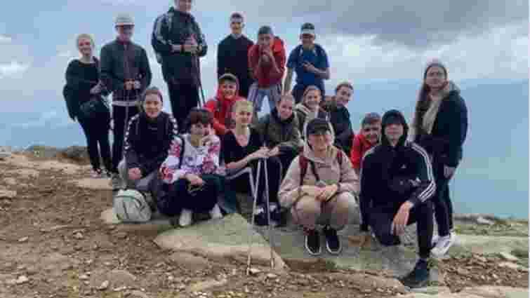 Випускники з Тернопільщини станцювали шкільний вальс на вершині Говерли
