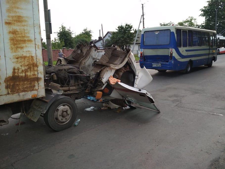 Внаслідок аварії постраждав водій вантажівки, його госпіталізують