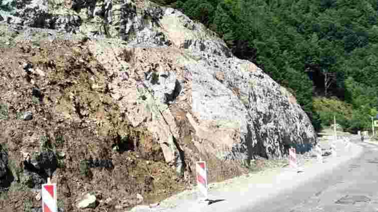 Для розширення траси Мукачево-Львів на Закарпатті розбили частину 30-метрової скелі