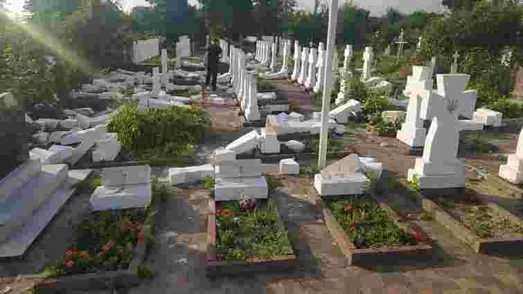 20-річний юнак розбив 59 хрестів на могилах січових стрільців у Стрию