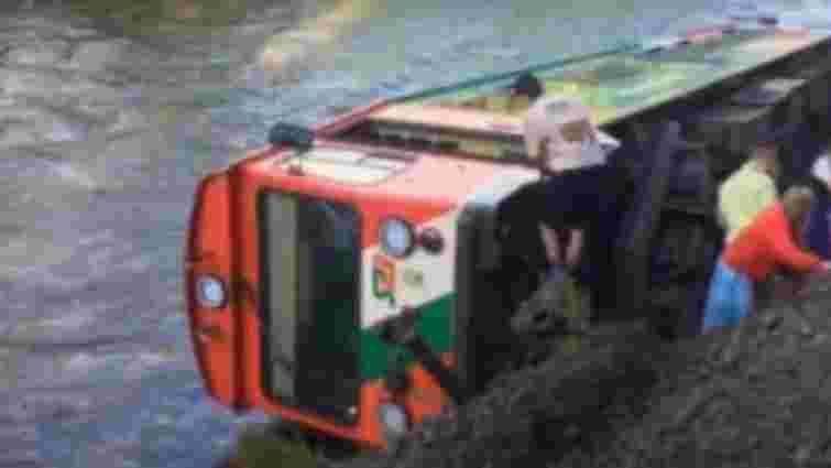 Вагон з пасажирами впав у річку в австрійських Альпах