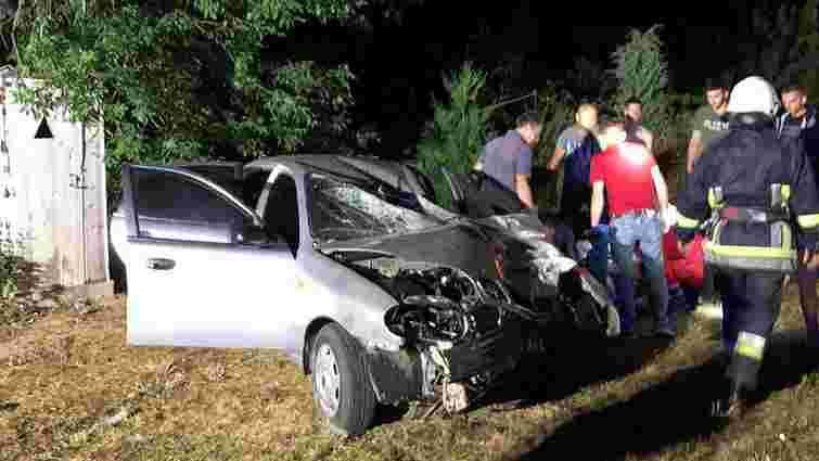 На Самбірщині водій в'їхав у електроопору, постраждали двоє людей