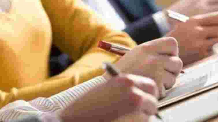 В Україні чиновники уперше складають іспит на володіння державною мовою