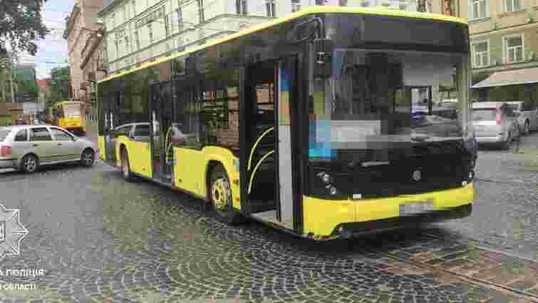 П'яного водія, який в'їхав у автобус в центрі Львова, оштрафували на 34000 грн