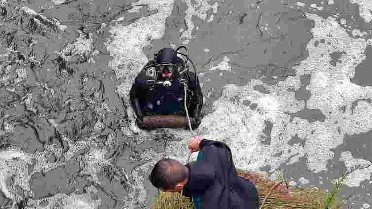 Поблизу Тернополя водолази дістали із річки три снаряди