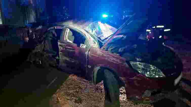 Внаслідок зіткнення з кам'яною огорожею у Чернівецькій області загинув 25-річний водій