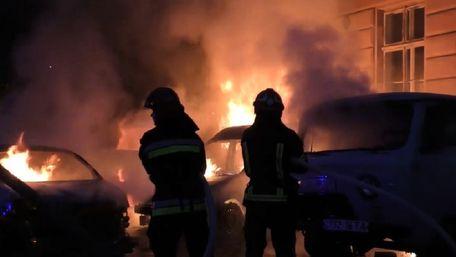 Біля львівського медуніверситету згоріли чотири автомобілі