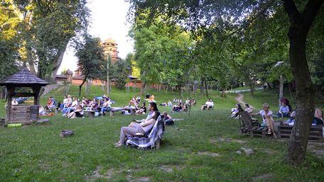 До кінця літа у Шевченківському гаю демонструватимуть українську кінокласику просто неба