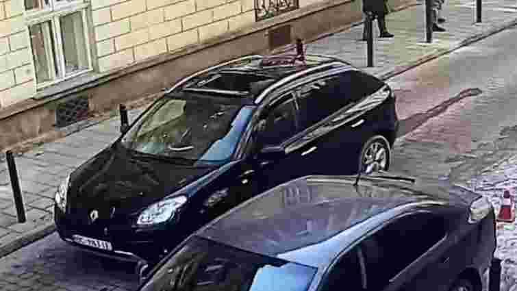 Львів'янин відсудив в комунальників 36 тис. грн через падіння ліпнини на автомобіль