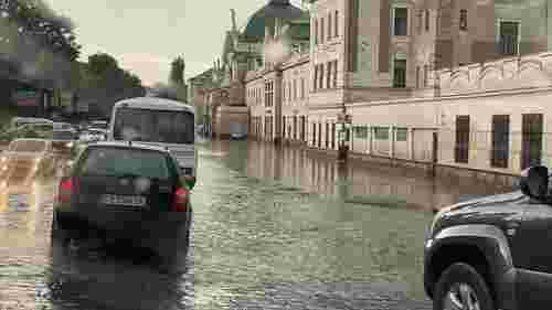 Через раптову зливу в Чернівцях підтопило центр міста
