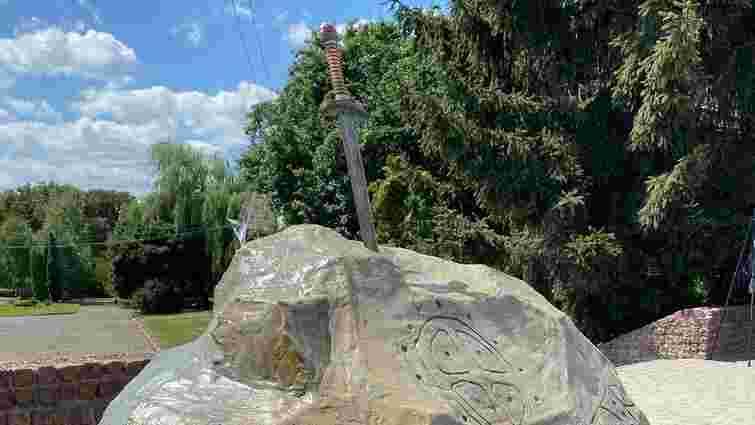 У Володимирі-Волинському встановили скульптуру у вигляді меча в камені
