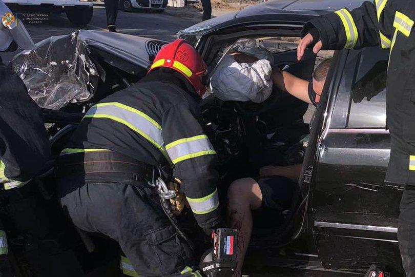 Водія Mercedes-Benz затиснуло конструкціями пошкодженого авто
