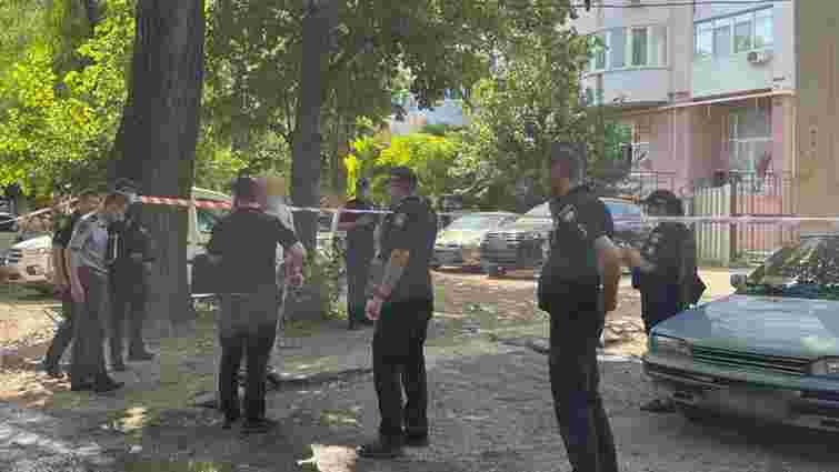 Невідомий влаштував стрілянину в дворі багатоповерхівки в Одесі, є загиблий