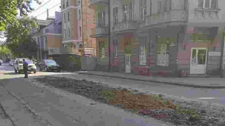 Львівські патрульні змусили водія вантажівки прибрати розсипаний на дорозі пісок