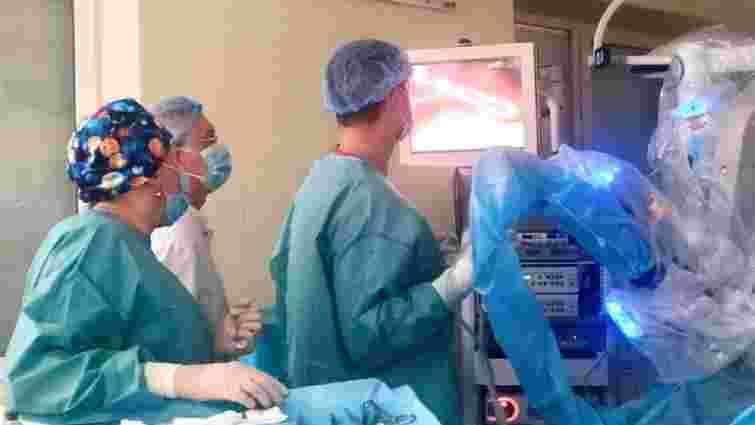 Львівські хірурги за допомогою робота Da Vinci видалили 14-річній дівчинці кисту селезінки