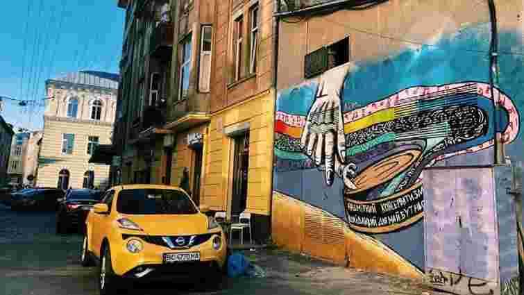 Львівський художник розфарбовує муралами підстанції «Львівобленерго»