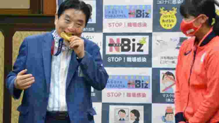 У Японії олімпійській чемпіонці видадуть нову медаль, бо її нагороду покусав мер