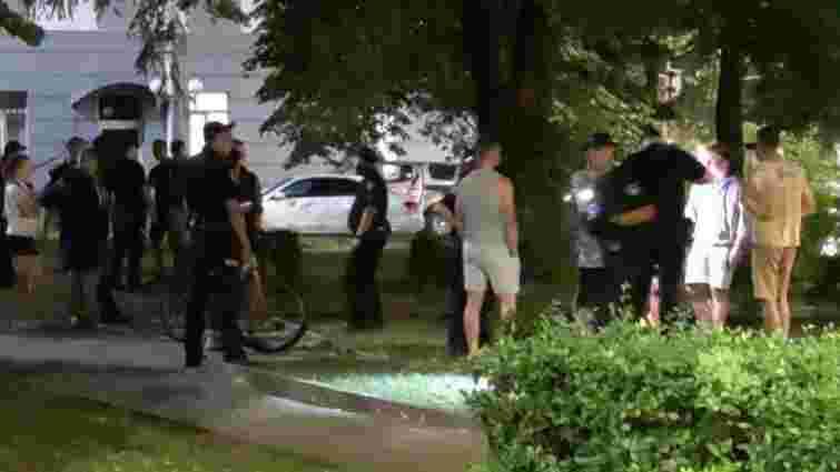 У Луцьку під час масової бійки під приміщенням поліції поранили 37-річного чоловіка