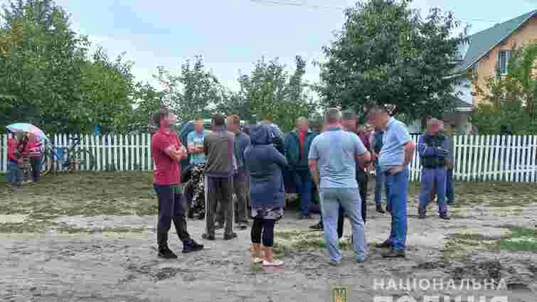 На Волині селяни не пустили поліцію провести обшук на пилорамі