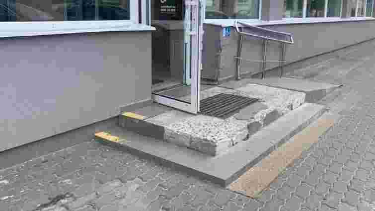 У Луцьку на керівника відділення банку склали протокол через пошкоджені сходи