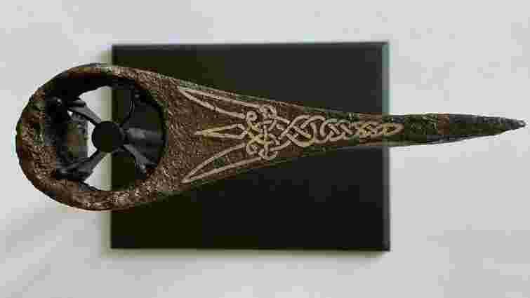 Львів'янин викупив у «чорних археологів» унікальну сокиру з тризубом і передав у музей