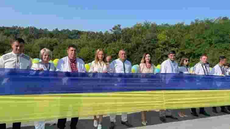 Між Тернопільщиною та Хмельниччиною розгорнули найдовший прапор України