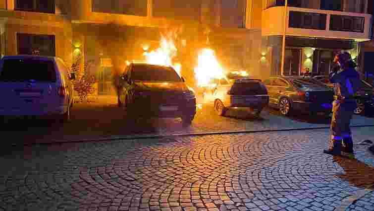 Внаслідок пожежі на парковці у центрі Ужгорода згоріли два авто