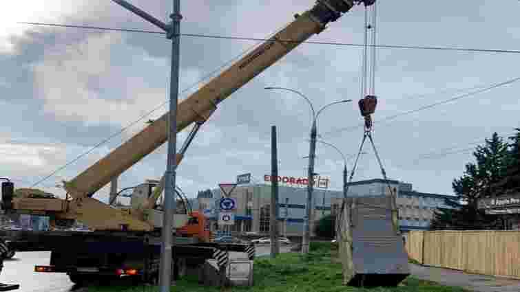 Біля готелю «Турист» в Чернівцях демонтували 18-тонний пам'ятник