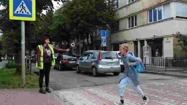 Волонтери переводять дітей через дорогу біля 19 львівських шкіл