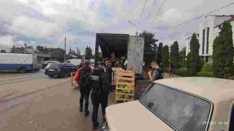 Через порушення правил паркування у Тернополі конфіскували фуру з кавунами