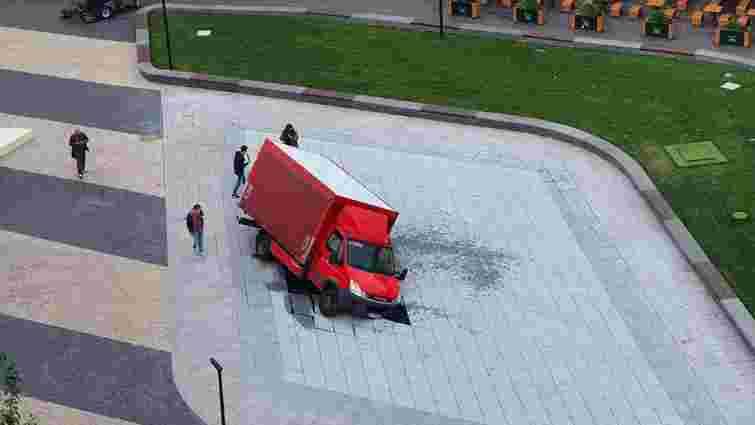 У відкритий в центрі Києва сухий фонтан провалилася вантажівка
