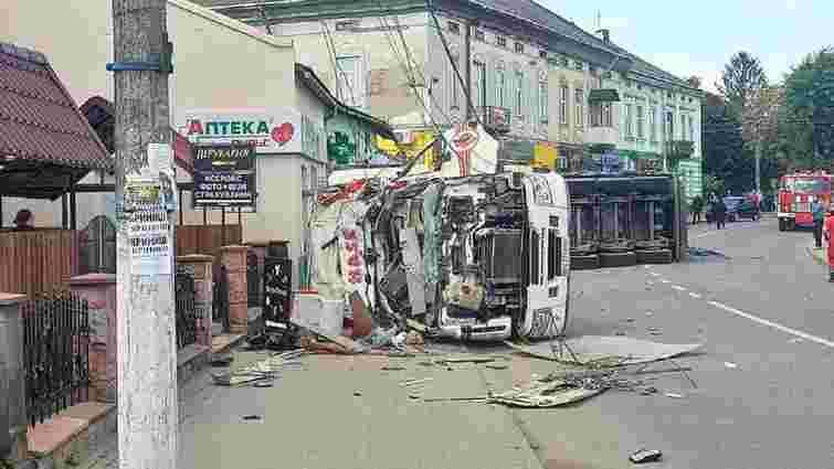 Вантажівка зі щебенем врізалась у магазин у Рудках, троє загиблих