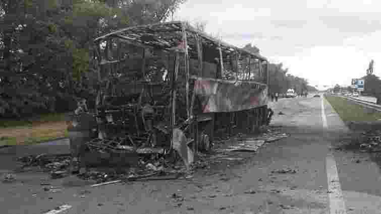 На Житомирщині автобус зіткнувся з автовозом, є загиблий і поранені
