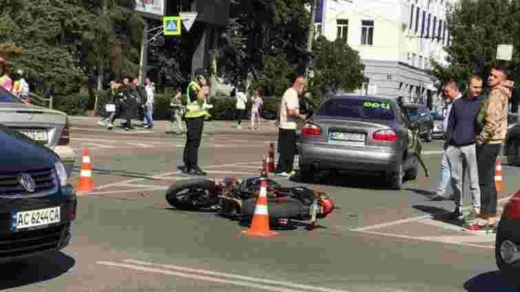 У центрі Луцька 17-річний мотоцикліст в'їхав у таксі