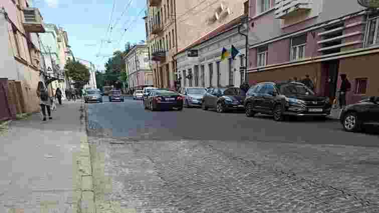 На «Чернівцігаз» склали адмінпротокол за пошкодження дороги у центрі міста