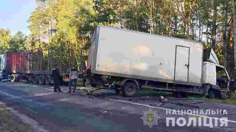 Внаслідок зіткнення із вантажівкою на Волині госпіталізували 30-річного водія фури
